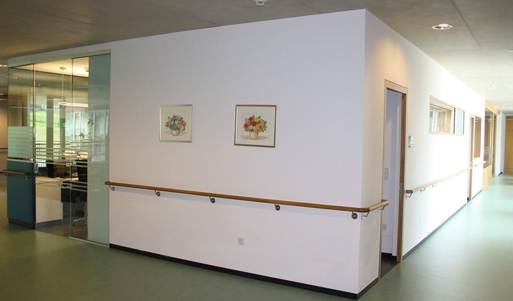 Gang im Alten- und Pflegeheim Olang – Südtirol