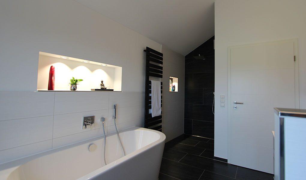Badezimmer in Dachgeschosswohnung